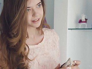 Das schöne ukrainische Mädchen Sasha nimmt einen großen Schwanz in den Arsch und genießt es